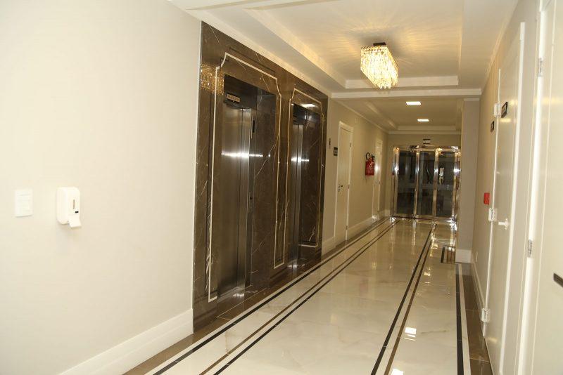 Revestimento feito em mármore italiano Bronze Armani, nos elevadores do residencial Antonio Neto, em São José – Foto: AM Construções/Divulgação