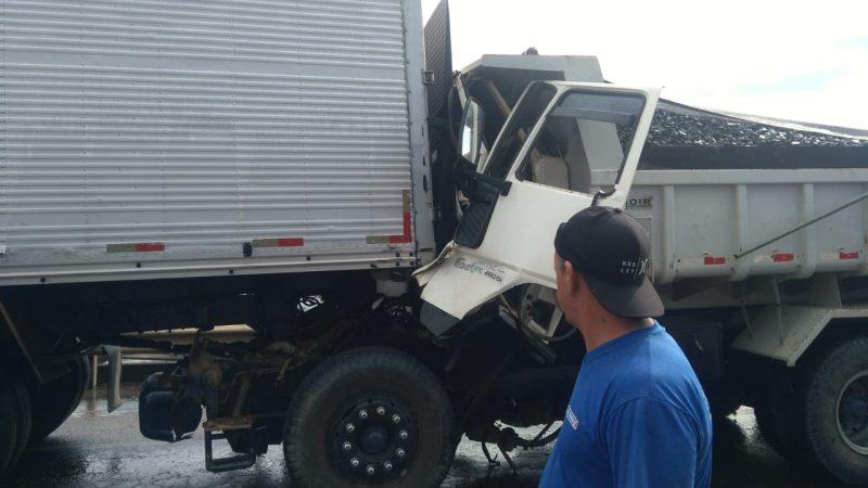 O motorista de um dos caminhões morreu com o impacto da batida – Foto: Redes sociais/ND