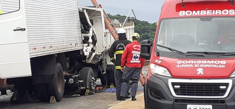 Outras oito pessoas ficaram feridas no engavetamento, que teria iniciado após uma colisão entre dois carros- Foto: Gladionor Ramos/NDTV