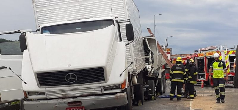 Entre os veículos envolvidos estavam dois caminhões que bateram um atrás do outro – Foto: Gladionor Ramos/NDTV