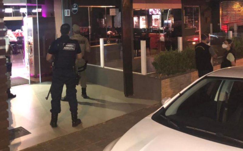 Estabelecimentos foram fiscalizados na noite deste sábado (20) – Foto: Prefeitura de Chapecó/ND