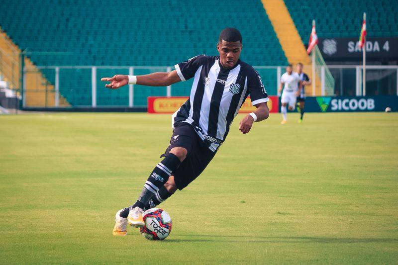 Atacante Pedro Maranhão com a bola; jogador acredita na evolução da equipe – Foto: Patrick Floriani/FFC