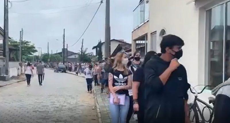Vídeo mostra dezenas de pessoas em fila por emprego em Balneário Barra do Sul – Foto: Reprodução/Tá na rede