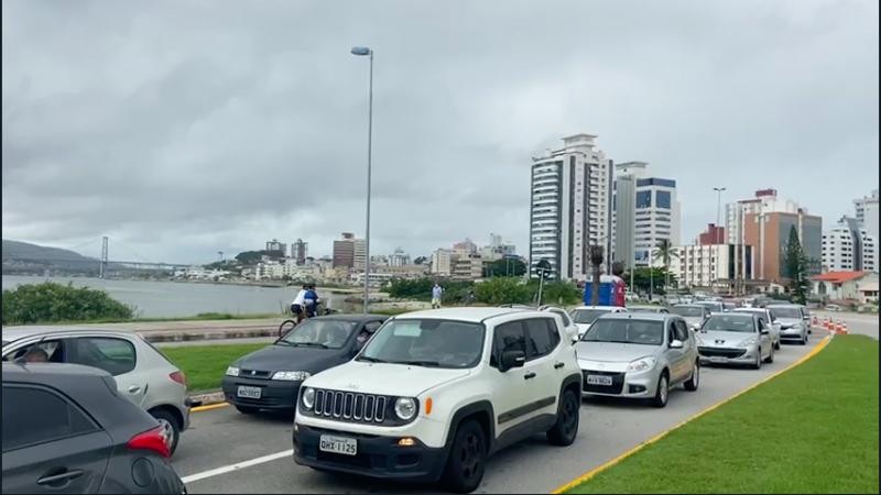 Ponto do drive-thru no Bolsão da Beira-mar Continental, por volta das 10h, com filas. No fim da manhã o movimento diminuiu nesta quinta-feira (25) – Foto: GMF/Divulgação ND