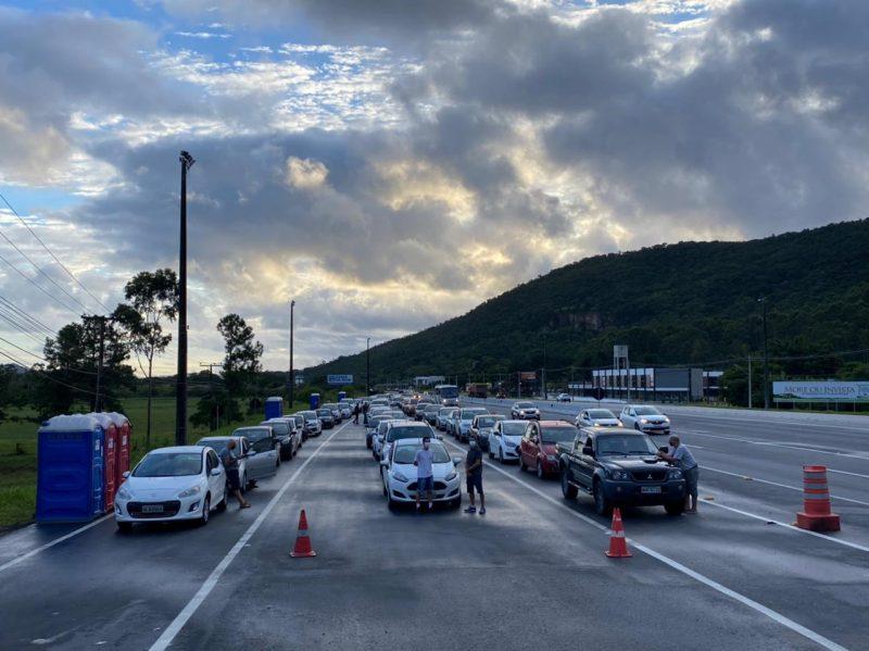 Grande fluxo de veículos é registrado no ponto de vacinação da SC-401 em Florianópolis – Foto: GMF/Divulgação ND