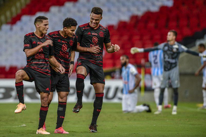 Thiaguinho, João Gomes e Muniz comemoram o primeiro gol do Flamengo na partida – Foto: Marcelo Cortes / C.R Flamengo