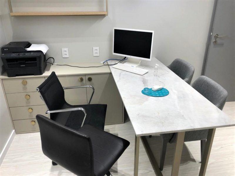Consultório da clínica Dr. Eduardo Fraga com mesa em mármore – Foto: Divulgação