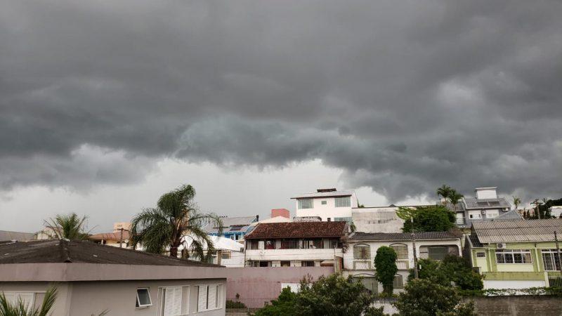 Por volta das 17h, o céu já estava completamente escurecido em Coqueiros, na Região Continental de Florianópolis – Foto: Paulo Vinícius Rampinelli/Divulgação