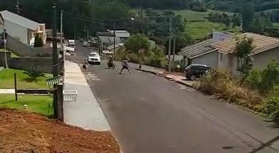 Homem se joga na frente de moto que fugia da polícia em SC – Foto: Reprodução/ND
