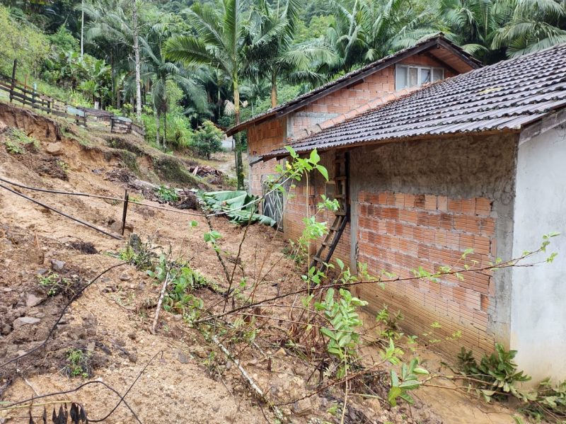 Deslizamento aconteceu na noite de domingo (28); em três dias choveu mais do que o esperado para todo o mês – Foto: Adriano Mendes/NDTV