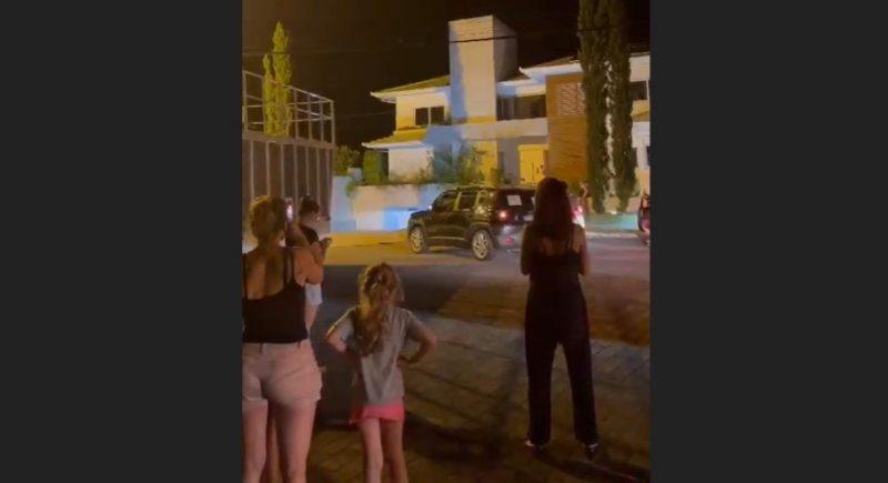 Na quarta (17) à noite, pais fizeram protesto na frente da casa do prefeito