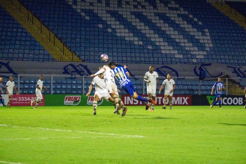 Getúlio antecipa o zagueiro para marcar o único gol da partida – Foto: André Palma Ribeiro/Avaí F.C