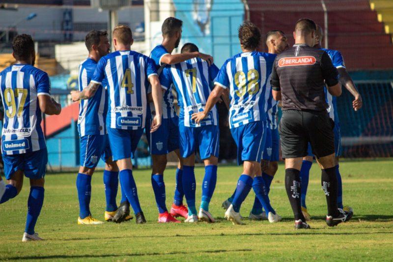 Jogadores do Avaí comemoram o gol de empate – Foto: André Palma Ribeiro / Avaí F.C