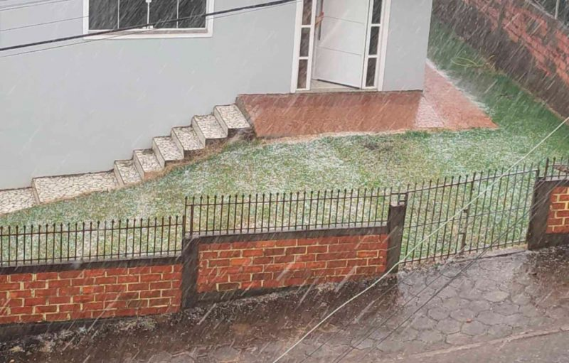 """Segundo o cabo do Corpo de Bombeiros Militar, Diego Siquelero, a chuva iniciou por volta das 15h30 e durou cerca de 10 minutos. """"Não foram pedras grandes, acredito que não atingiu toda a cidade"""", disse. – Foto: Jandir Sabedot/ND"""