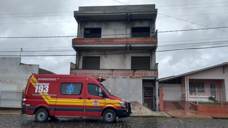 A vítima trabalhava no terceiro andar do prédio quando levou o choque – Foto: 9BBM/Divulgação