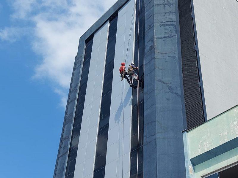 Homem fica pendurado no alto de um prédio em Jaraguá do Sul – Foto: Fábio Junkes/OCP News