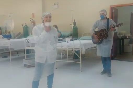 Com voz e violão, os dois apresentaram a música Raridade, do cantor gospel Anderson Freire – Foto: Divulgação/ND