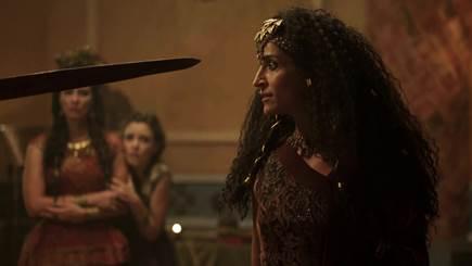 Terá e Amat (Branca Messina) encontram Harã, mas se deparam com um invasor – Foto: Divulgação Record TV