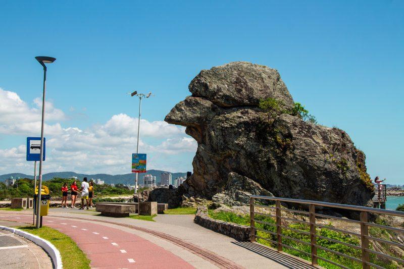 Depois: a discussão sobre a formação rochosa é antiga: algumas pessoas acreditam que o formato de pássaro é natural, mas também há quem diga que as pedras ficaram assim depois da demolição das pedras para construção da Estrada de Cabeçudas – Foto: Arquivo/Bruno Golembiewski/ND