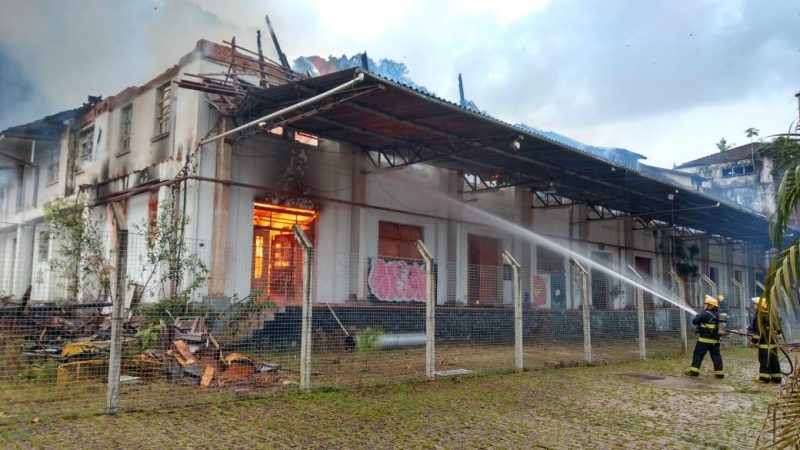 Incêndio atingiu a Cidadela Cultural Antárctica nesta sexta-feira (19) – Foto: Secom/ND