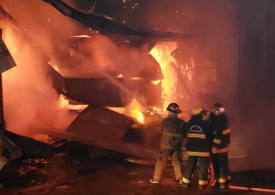 FOTOS: fogo destrói estufa de secagem de madeira no Vale do Itajaí – Foto: CBVU/Divulgação