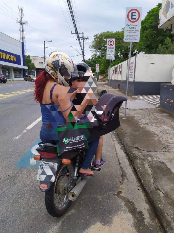 Mulher é flagrada carregando bebê de dois meses em moto em Blumenau – Foto: Divulgação/GMT