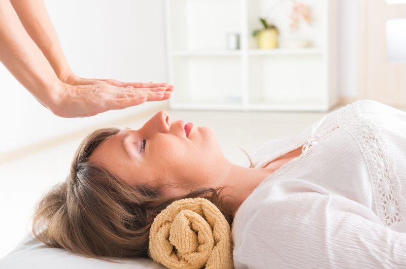 O Reiki é uma das terapias holísticas que equilibra a saúde do corpo, da mente e espiritual – Foto: iStock/Divulgação