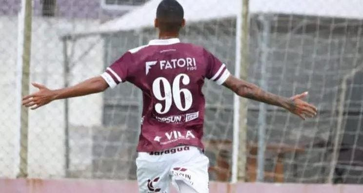 Jogador do Jaraguá comemora gol