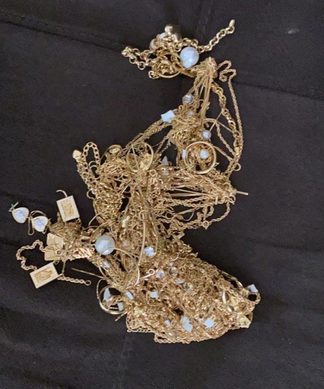Uma sacola cheia de joias foi encontrada em uma casa no bairro Ulisses Guimarães – Foto: Polícia Civil/Divulgação ND