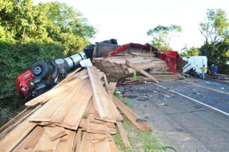 Carreta deslizou por 50 metros – Foto: Jornal a Imagem/Reprodução