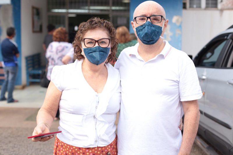 Jurema e Agenor Pretto estiveram cedo no posto de saúde para receber a imunização contra a Covid-19 – Foto: Prefeitura de Chapecó/Divulgação