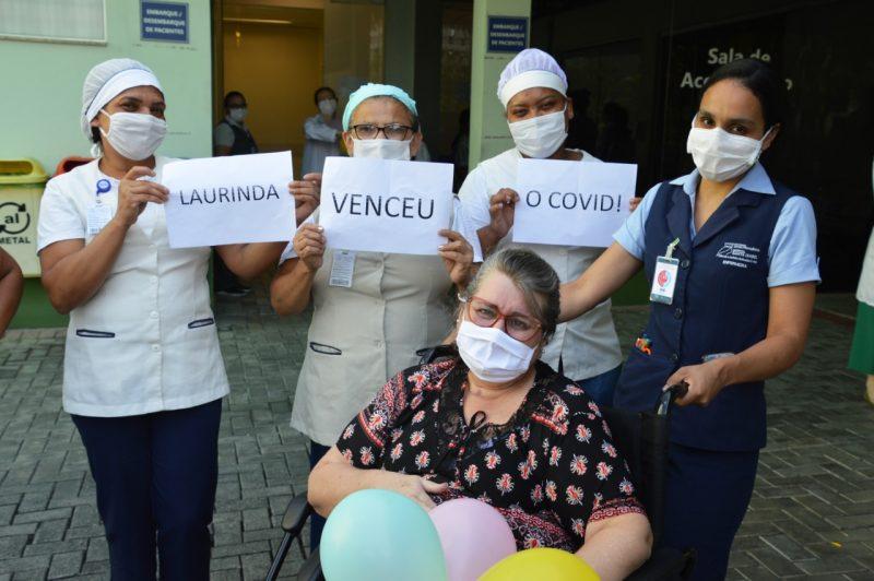 Laurinda ao lado das colegas de trabalho quando recebeu alta hospitalar – Foto: Philipe Oliveira/HSI