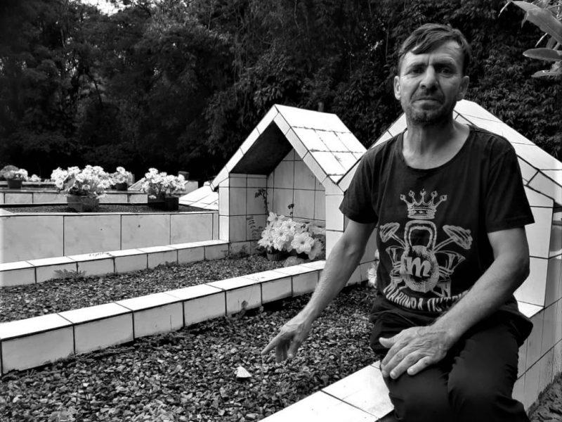 Por causa da homofobia, homem vive em cemitério no Norte de SC – Foto: Herison Schorr/Folha Norte