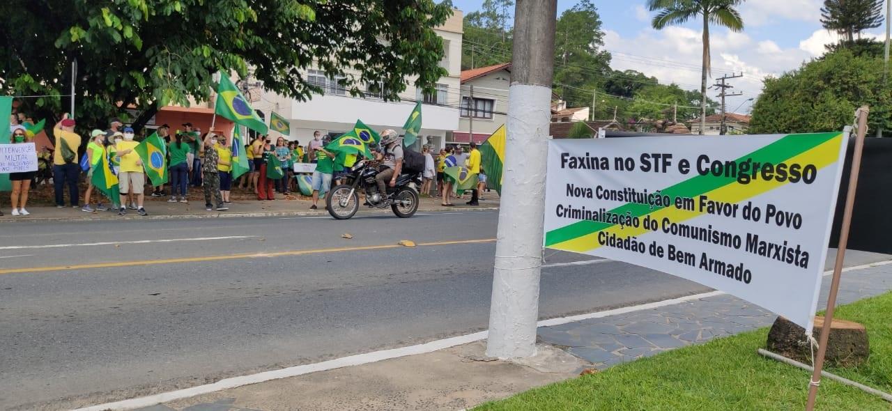 Manifestantes de reúnem em frente ao batalhão do Exército para pedir intervenção militar em Blumenau - Stêvão Limana/NDTV