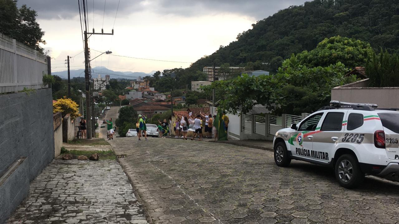 Manifestantes protestam em frente à casa do prefeito de Blumenau - Redes sociais/Reprodução