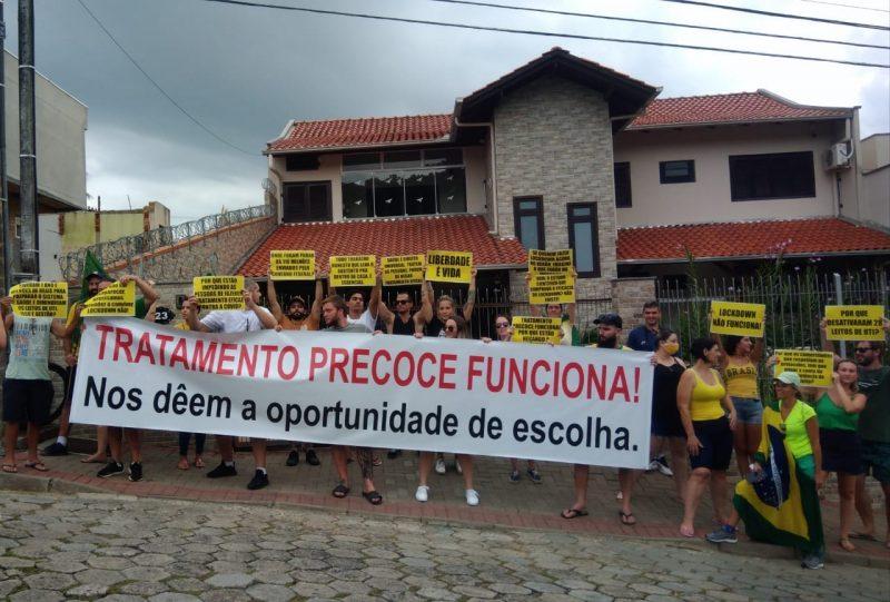 Manifestantes protestam em frente à casa do prefeito de Blumenau – Foto: Redes sociais/Reprodução
