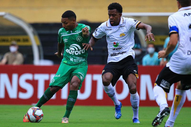 Atacante Fernandinho durante partida contra o Criciúma