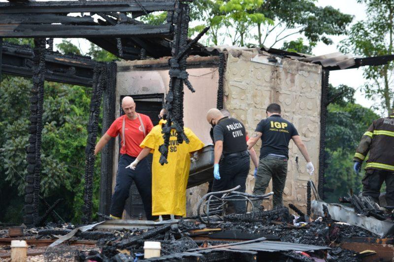A casa de madeira foi destruída pelo fogo. – Foto: Marcos de Lima/ Portal Peperi/ND