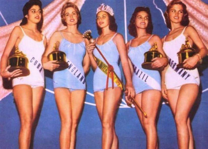 Da esq. para dir.: Maria Rosa Gamio (Cuba, 4° lugar), Sonia Hamilton (Inglaterra, 3° lugar), Gladys Zender (Peru, 1° lugar), Terezinha Morango (Brasil, 2° lugar) e Gerti Daub (Alemanha, 5° lugar), no concurso Miss Universo 1957, nos Estados Unidos, com os consagrados maiôs Catalina – Foto: Divulgação/ND