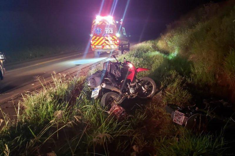 Duas motocicletas estavam caídas às margens da rodovia – Foto: Corpo de Bombeiros/ND