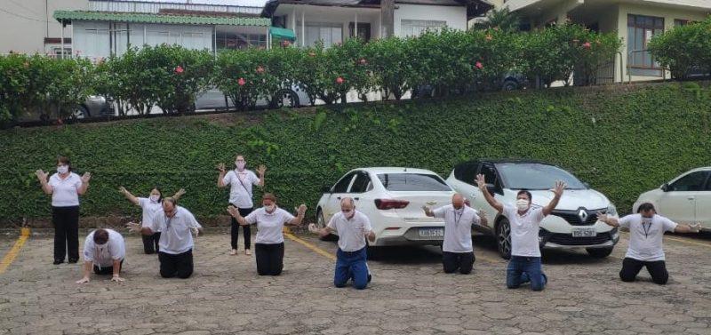 Pessoas fazem oração em frente a hospital com vítimas da Covid-19 em SC – Foto: Divulgação/ND