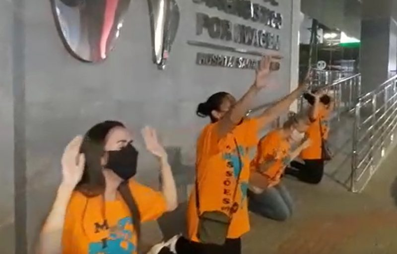 Fiéis rezam em frente ao Hospital Santo Antônio, em Blumenau – Foto: Reprodução/ND