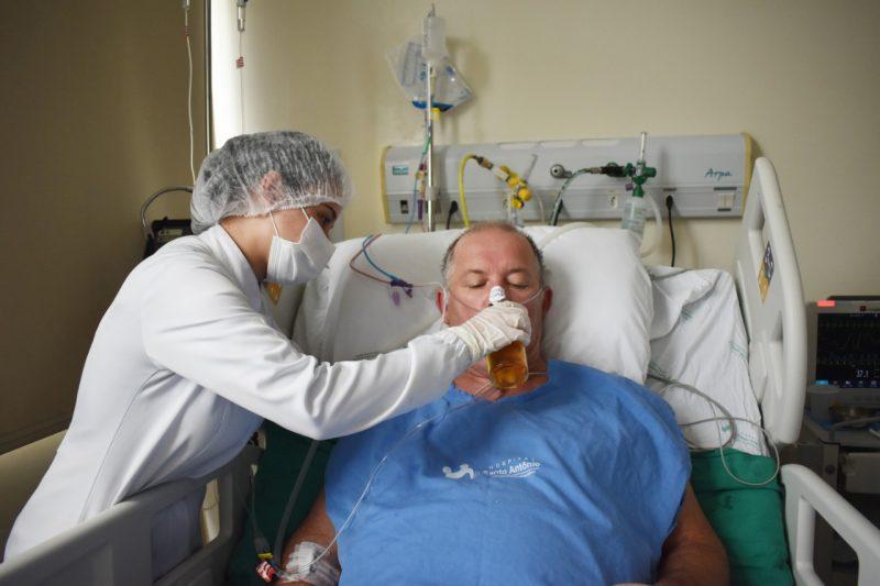 Paciente com Covid-19 sai da UTI e pede para tomar uma cerveja em Blumenau – Foto: Larissa Machado/ Comunicação HSA