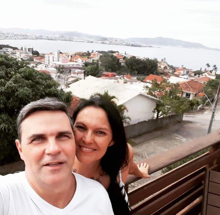 Patrícia Grigorazzi e o marido, no Centro Histórico de São José – Foto: Acervo pessoal/ND
