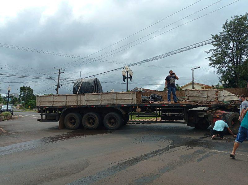 Um caminhão carregado com duas bobinas de aço se envolveu em um acidente de trânsito no começo da tarde desta segunda-feira (29) em São Lourenço do Oeste. As informações são da Rádio Nova FM. – Foto: Samara Graciolli/Nova FM/ND