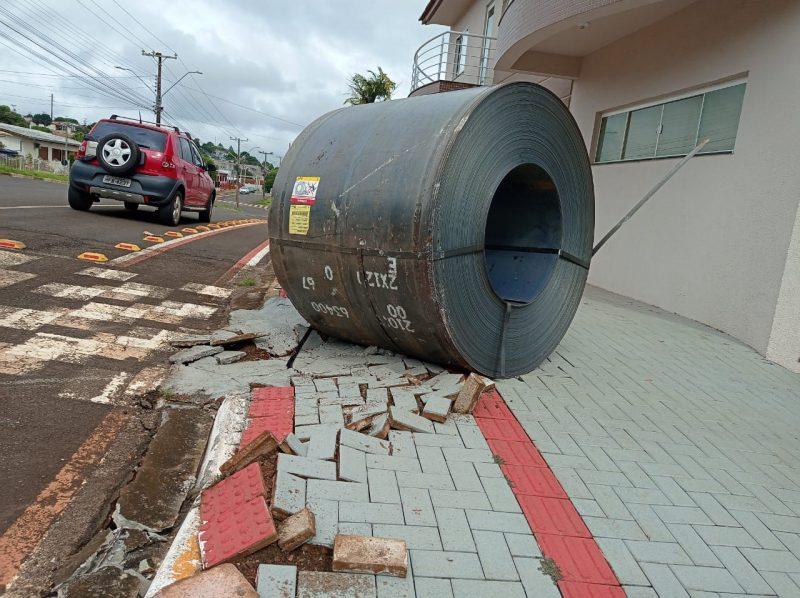 Uma das bobinas, de 14 toneladas acabou caindo do caminhão e por pouco não atingiu uma construção. A peça ficou na calçada da rua. O trânsito ficou fechado até a remoção do veículo. – Foto: Samara Graciolli/Nova FM/ND