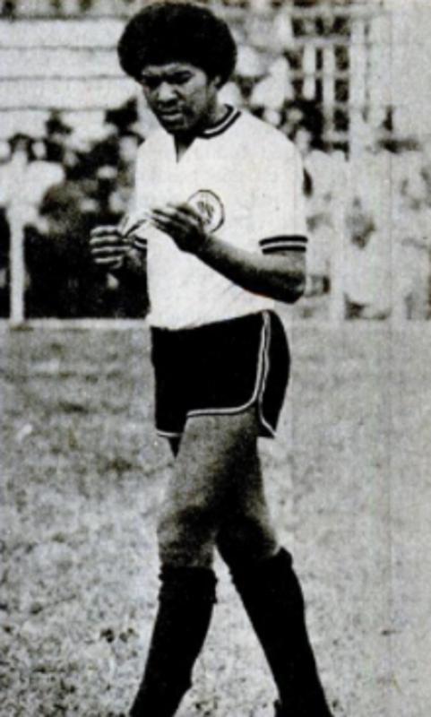"""Filho de um funcionário do Figueirense, seu Raul que cuidava do gramado do estádio Orlando Scarpelli, e criado no Bairro da Coloninha, Airton Raul de Andrade, conhecido como Pinga, foi um dos maiores laterais direitos do futebol catarinense. Em 1975, em uma entrevista concedida para a revista Placar, Pinga tinha um sonho: jogar num time grande, """"de preferência o Vasco da Gama"""" clube que torcida no Rio de Janeiro. Mas, acabou sendo jogador de uma só camisa, o seu Figueirense. É o recordista de jogos pelo alvinegro: em 11 anos, realizou 483 jogos. Pinga faleceu no dia 2 de junho de 2007, aos 54 anos. – Foto: Acervo revista Placar/ND"""