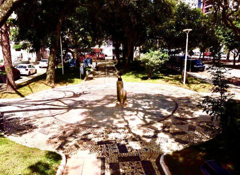Entre outras melhorias, a praça Olívio Amorim teve seus acessos internos alargados, o que exigiu a redução de canteiros e a colocação de piso em pedra basalto retificado em seu entorno – Foto: PMF/Divulgação/ND