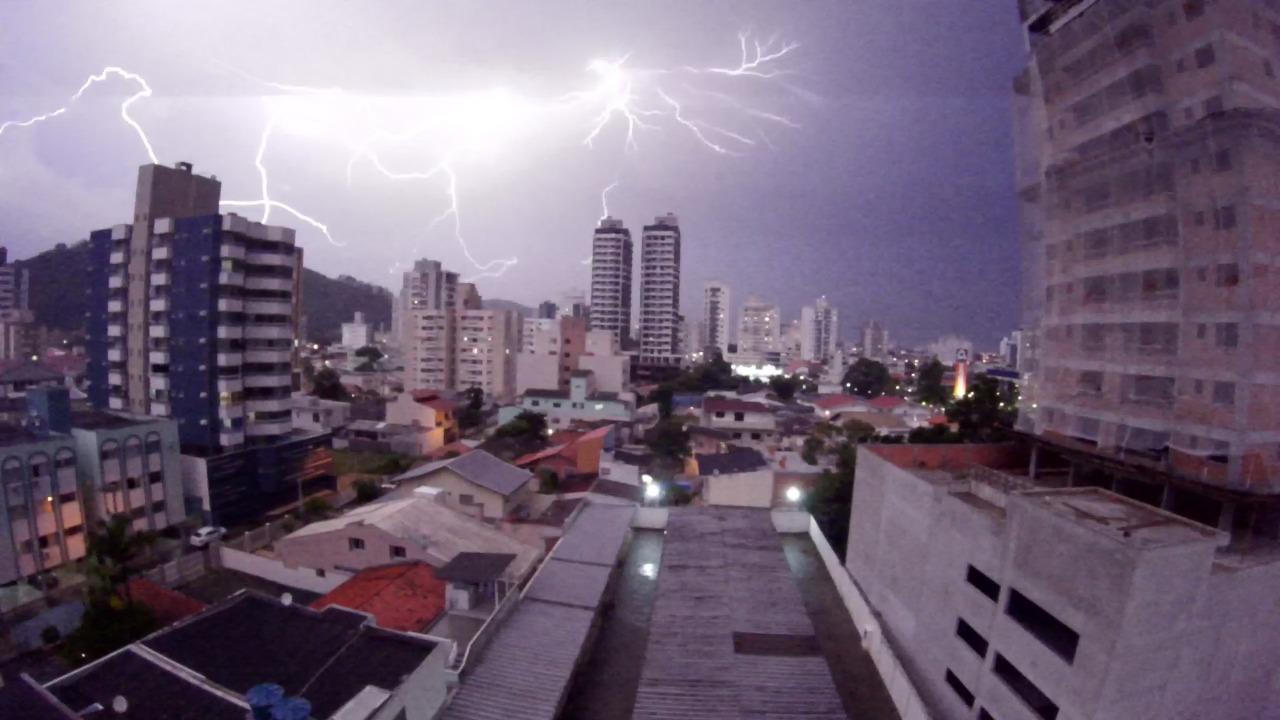 Itajaí registrou forte chuva com raios neste sábado (27) - Paulo Sérgio/NDTV