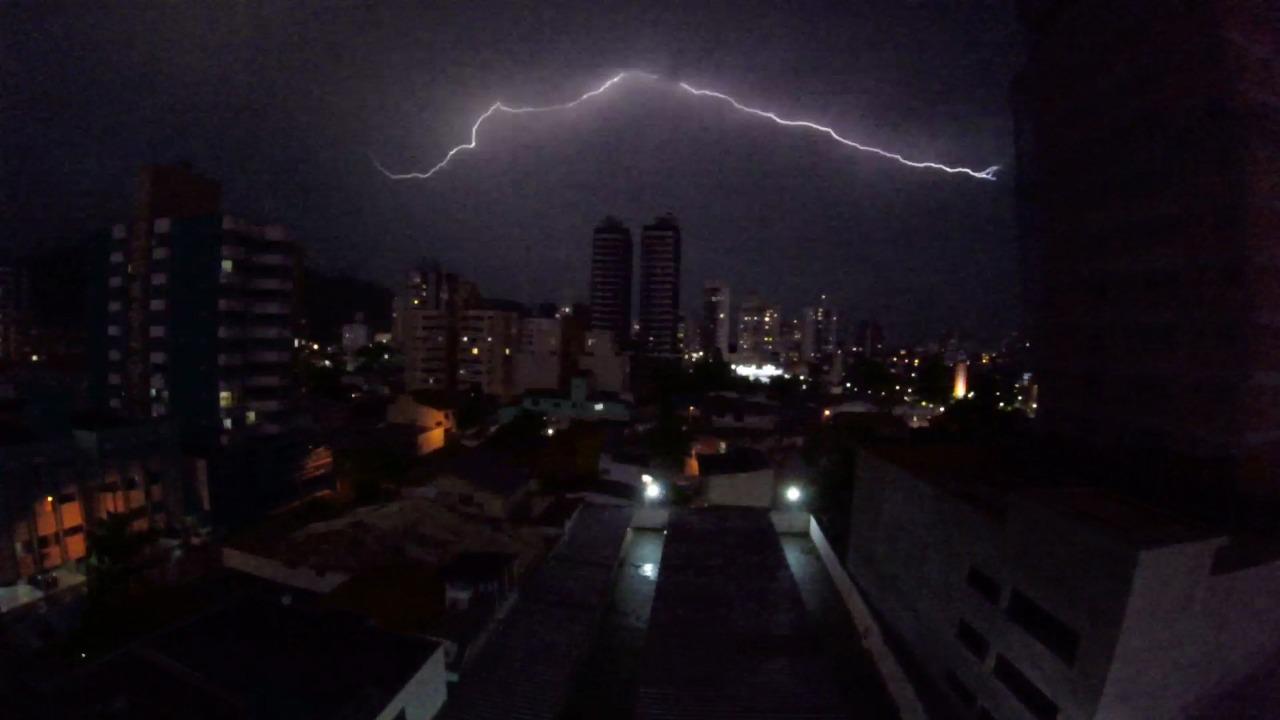 Quem estava em Itajaí na noite deste sábado (27) pôde ver a grande quantidade de raios durante a tempestade - Paulo Sérgio/NDTV